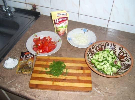 нарезаем огурцы и помидоры