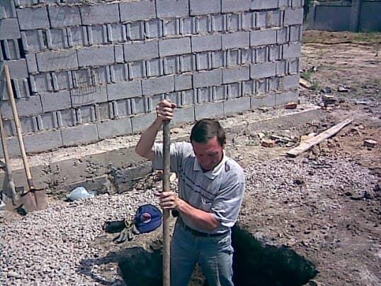 модератор копает яму