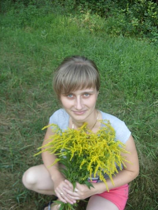 Жена с полевыми цветами