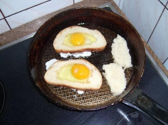 вбиваем яйца на сковородку