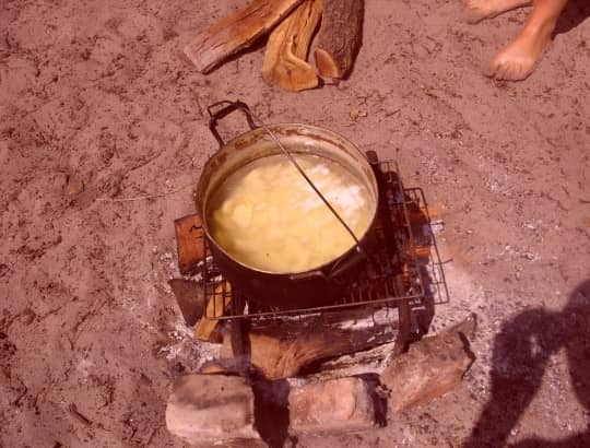 приготовление картошки на огне